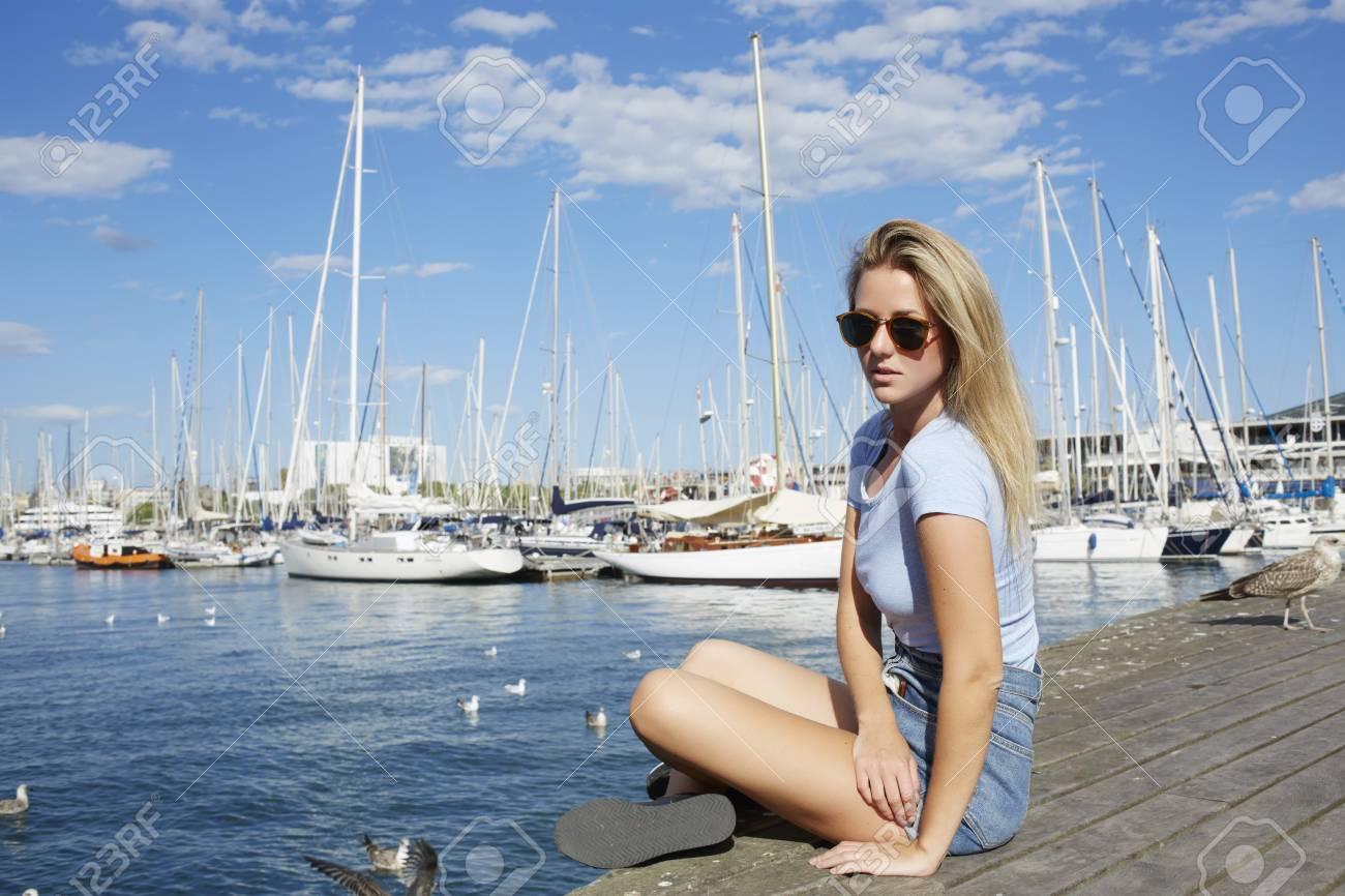 Banque d images - Jeune hipster, girl, dans, lunettes soleil, poser,  quoique, séance, port mer, dans, beau, ensoleillé, jour été, séduisant,  femme, ... 65d0e34fa462