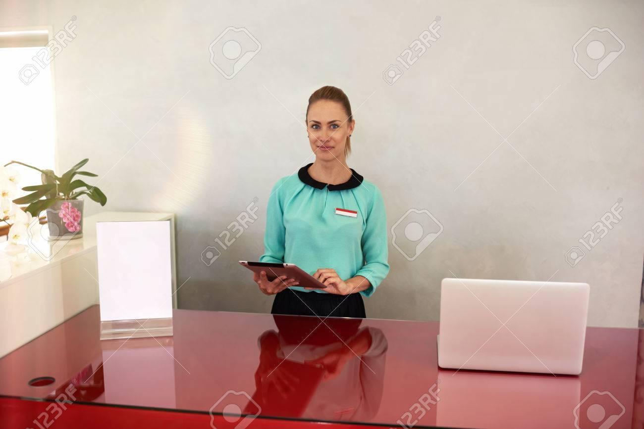 Longueur mi portrait de femme entrepreneur attrayant debout à la