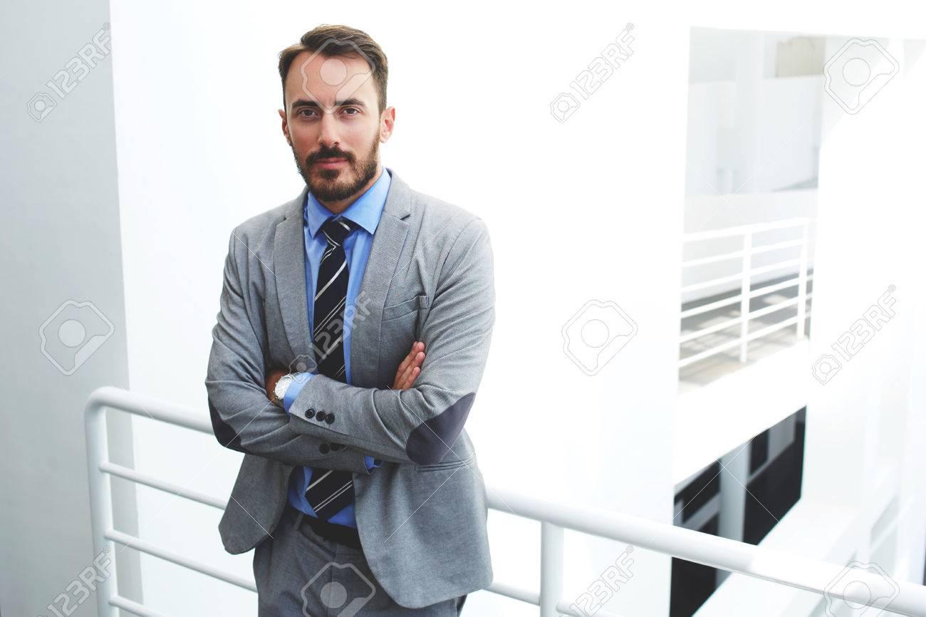 Abbigliamento Ufficio Uomo : Giovane avvocato seus uomo in abbigliamento formale è in piedi con