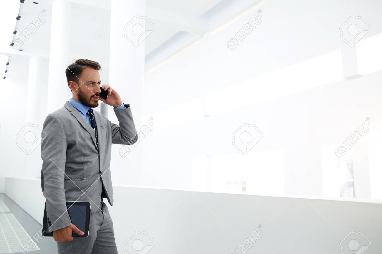 Jeune Homme Banquier Professionnel Avec Tablette Numerique A La Main