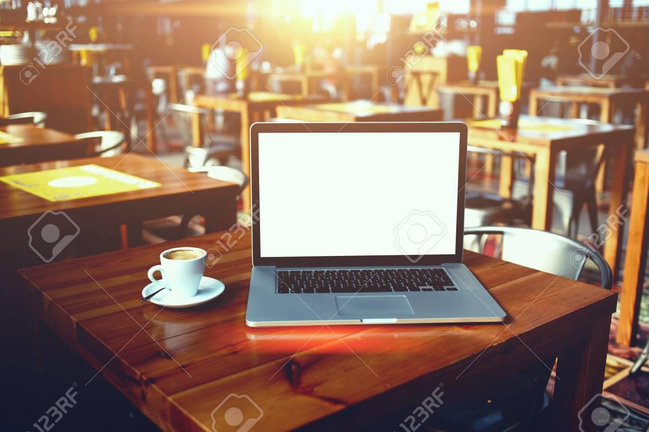 Ffnen Sie Laptop-Computer Und Eine Tasse Kaffee Auf Einem Hölzernen ...