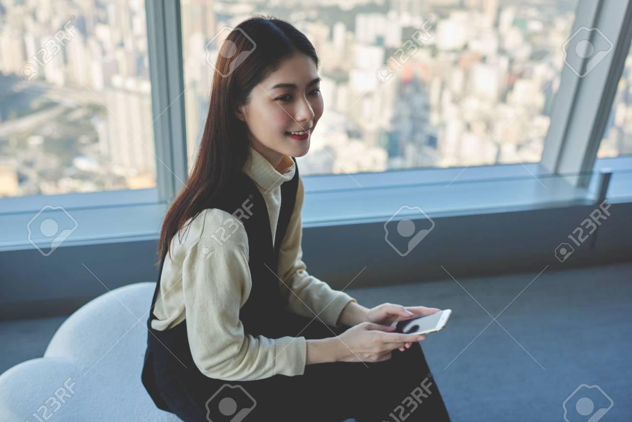 Junge Gluckliche Asiatische Frau Profi Modell Fur Jemand Lachelt