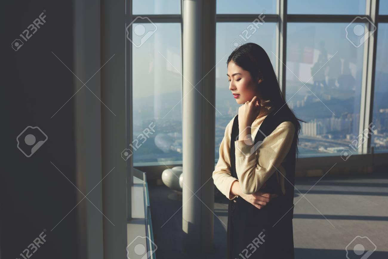 Jeune femme daffaires chinoise avec look branché regarde dans la