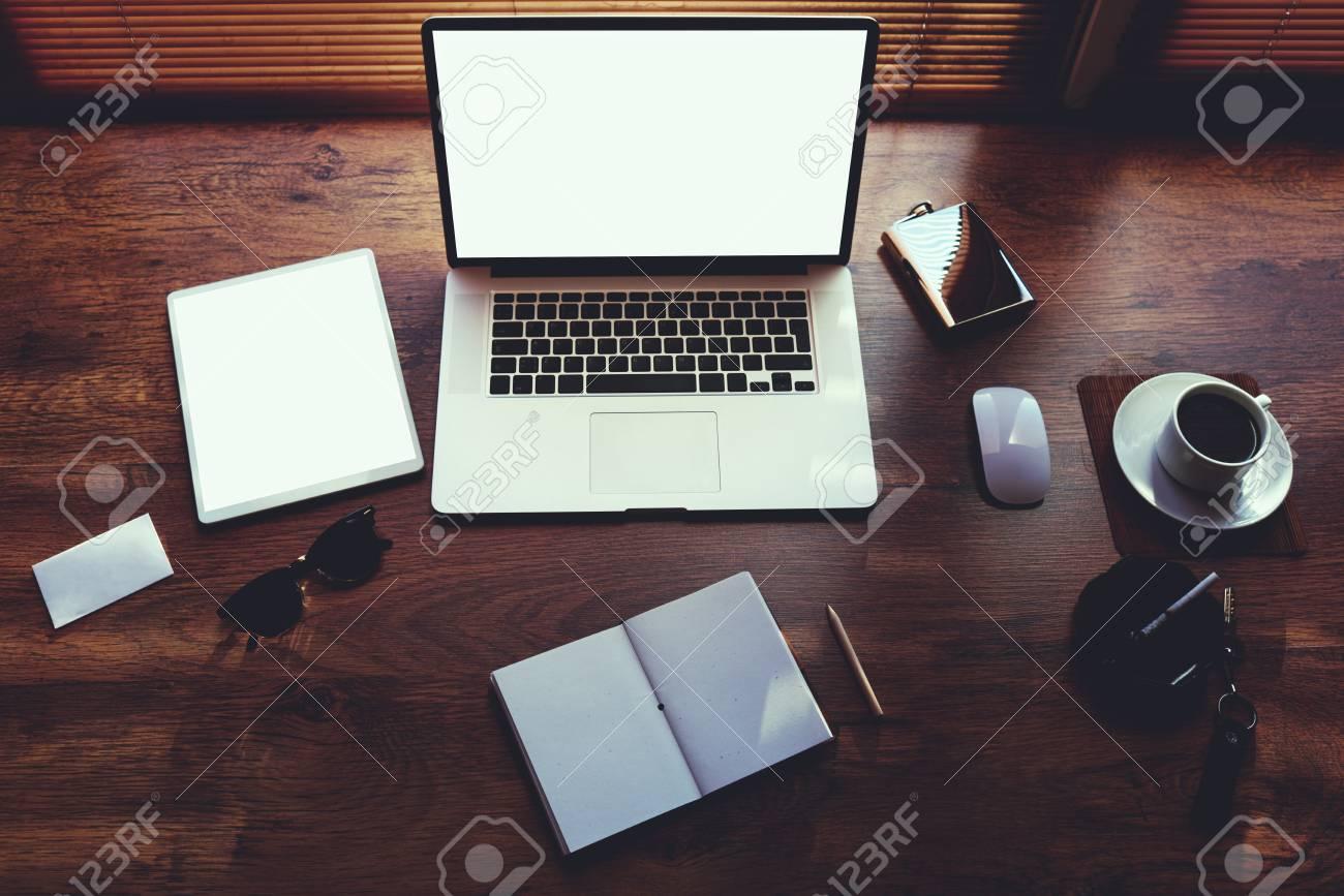 Maquette de personne d affaires de bureau avec des accessoires de
