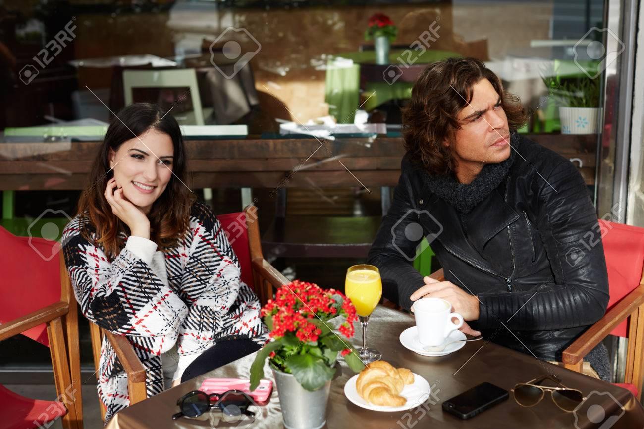 Deux Amis étudiants à Boire Un Café Après Les Cours Universitaires Dans Un Restaurant Avec Terrasse En Plein Air Au Jour De Printemps Froid Alors