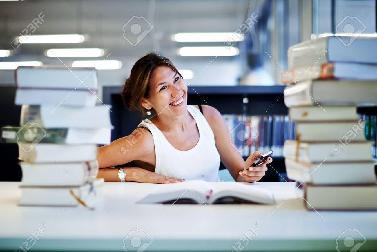 Travailler dur pour de grandes qualités asiatique sourire fille