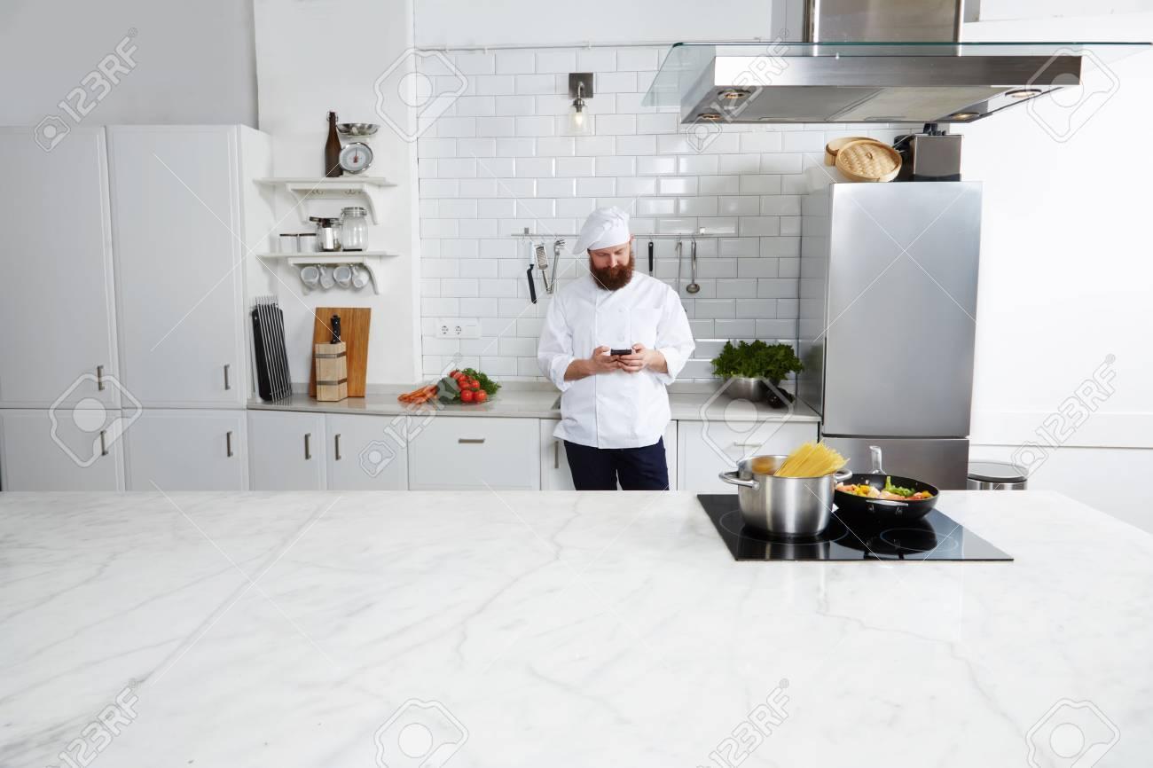 Fabuleux Expérimenté Chef Mâle Cuisinier Debout Sur Une Grande Cuisine @NE_43