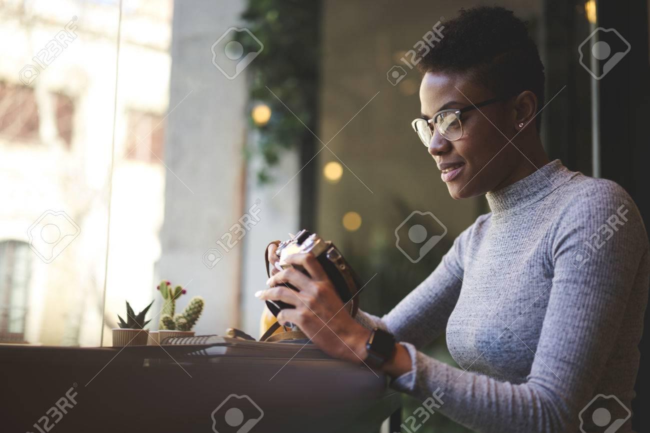 Meilleur Site Pour Photographe photographe afro-américain expérimenté expérimenté regardant des photos  enregistrées sur l'appareil photo en choisissant le meilleur pour la