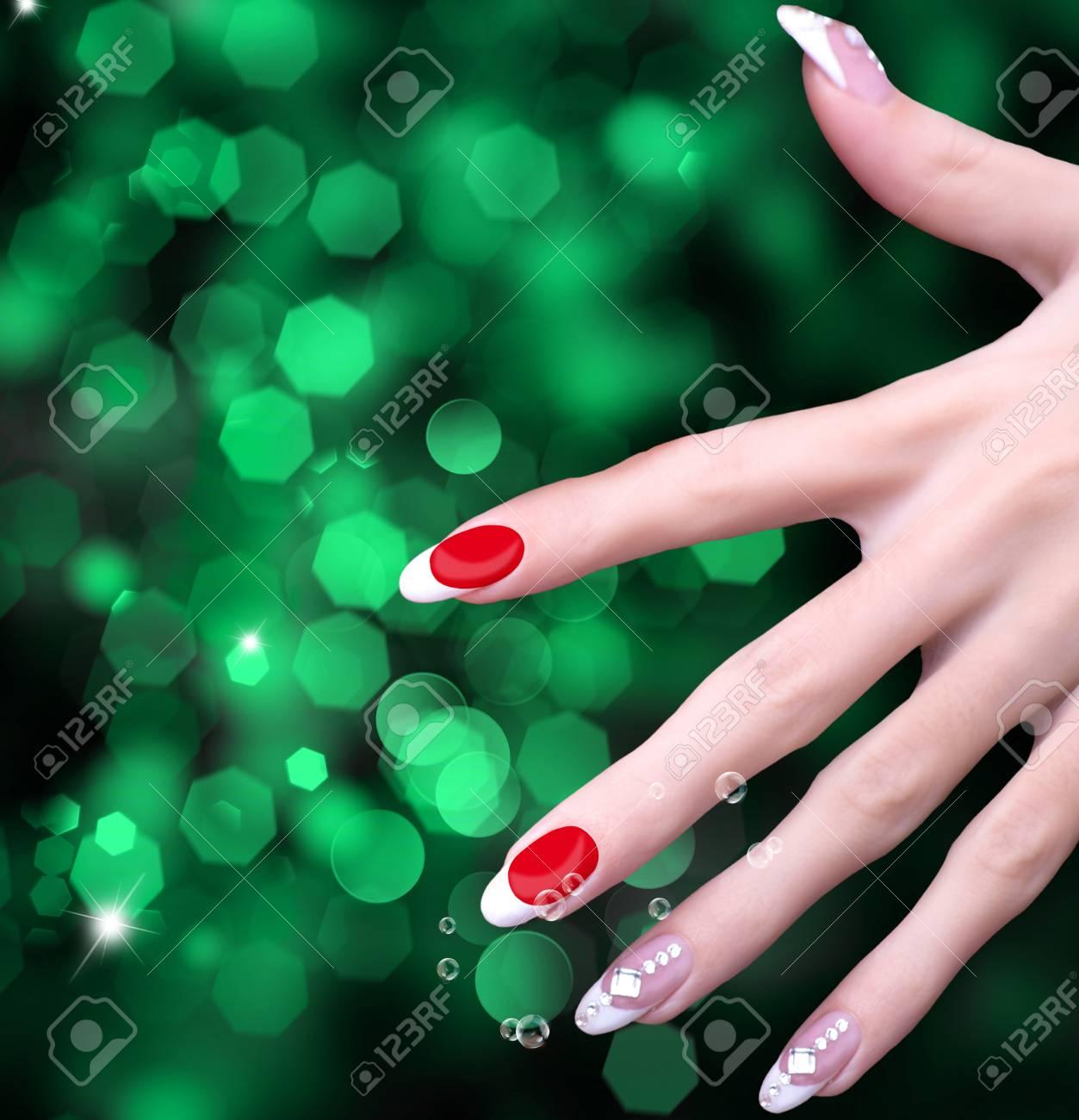 Manicura De Arte Rosa Claro. Uña. Manos De Belleza Moda, Elegante ...