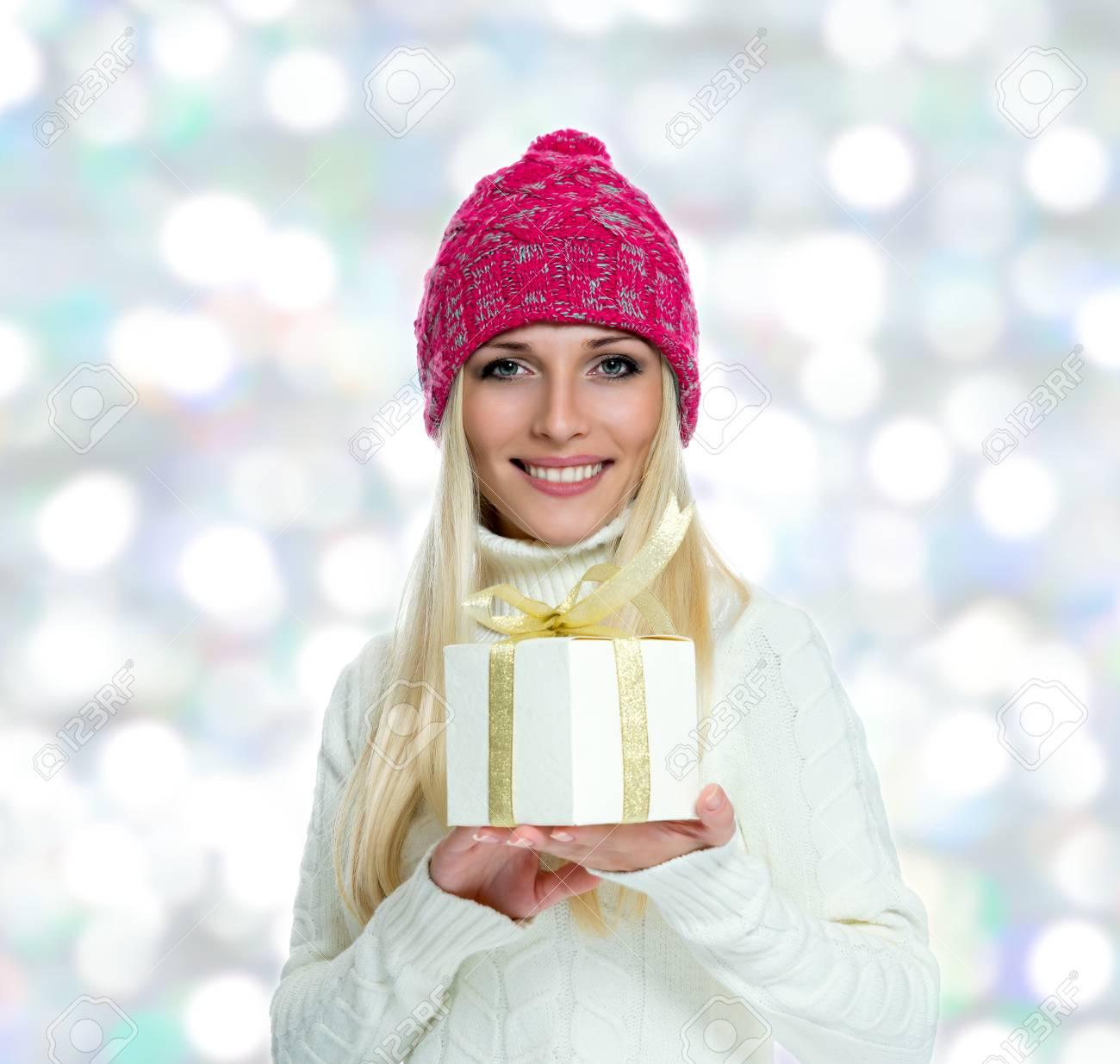 Schöne Glückliche Mädchen Mit Weihnachtsgeschenk. Lizenzfreie Fotos ...