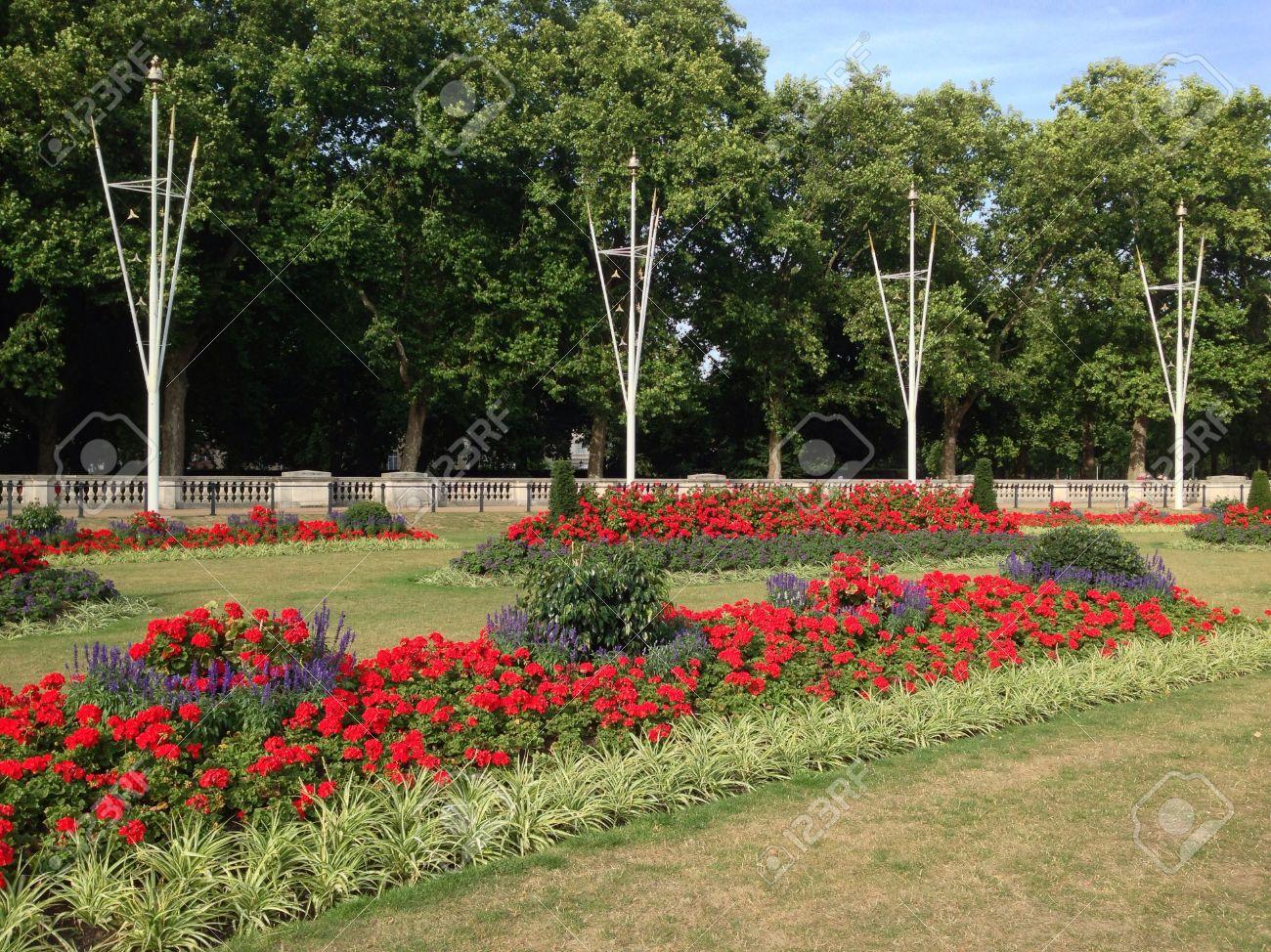 hermosos jardines flores rojas calientes londres foto de archivo
