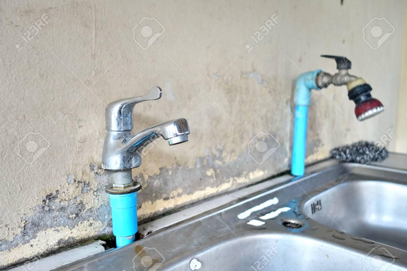 Alte Und Schmutzige Wasserhahn Mit Küchenspüle. Lizenzfreie Fotos ...