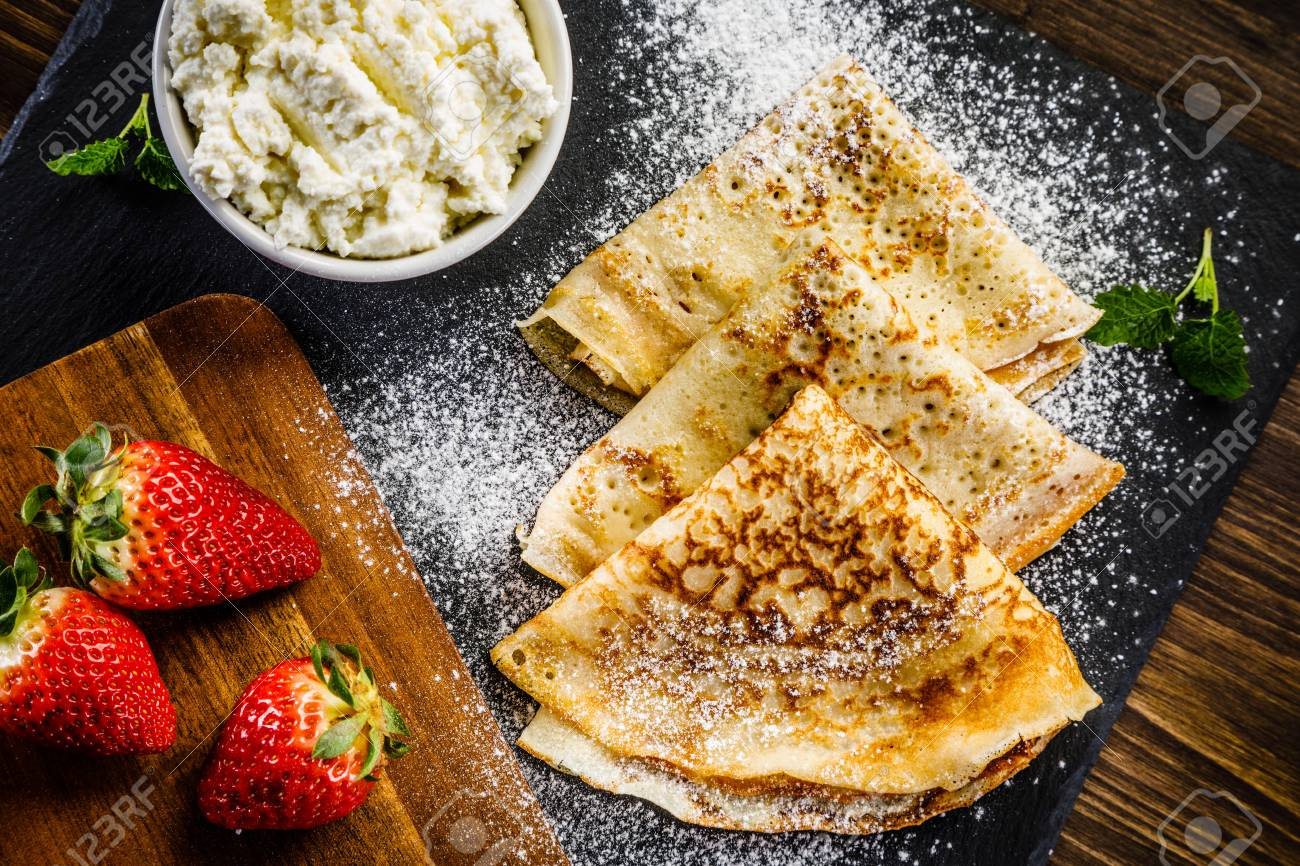 Crepes with strawberries and cream - 100627701