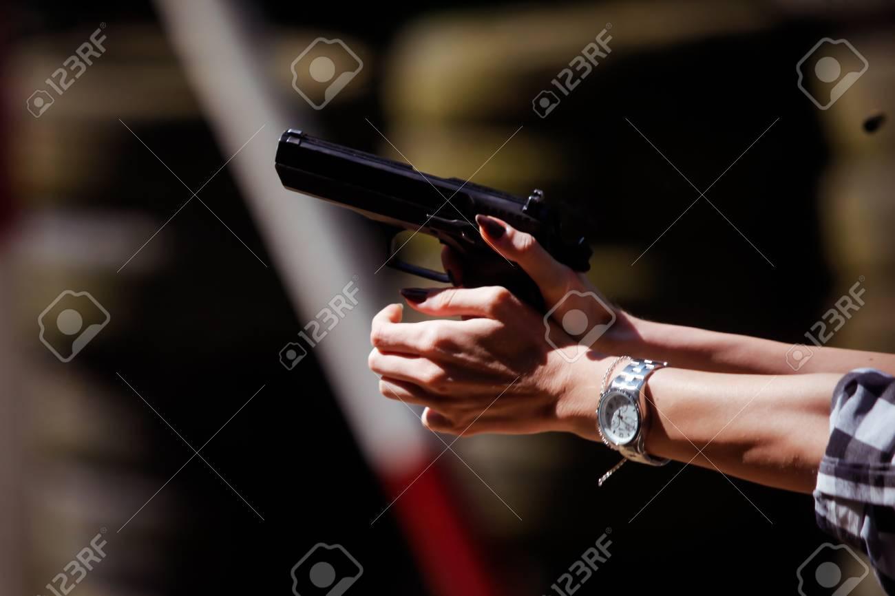 射撃場で9mm拳銃を発射する若い女性 の写真素材・画像素材 Image 92607976.