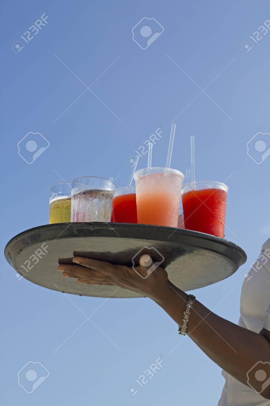 Schwarze Frau Arm Und Halten Sie Einen Getränke Platte über Blauen ...