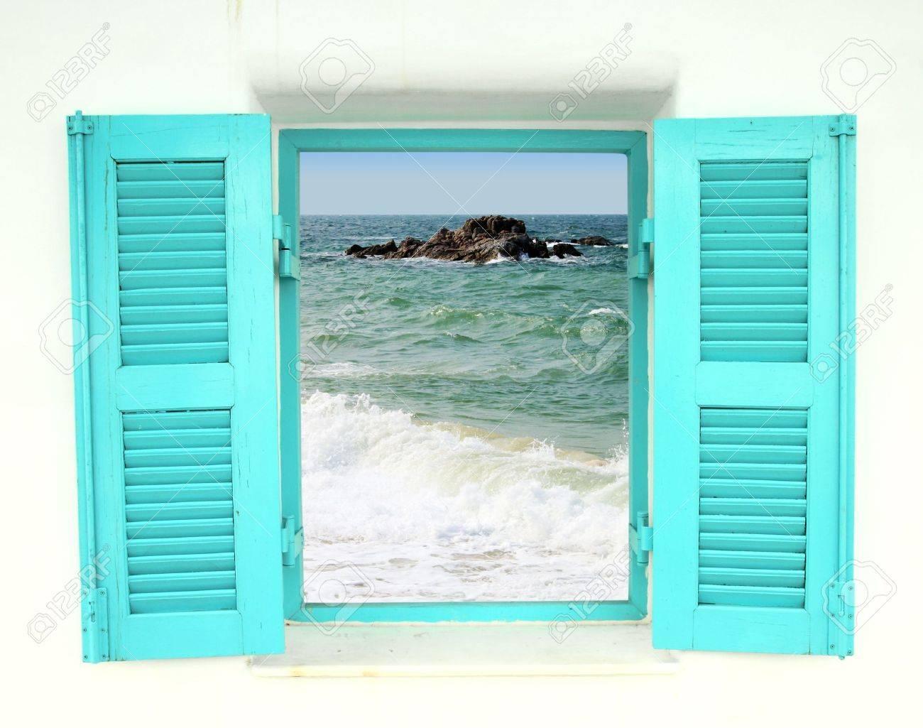 Blick aus dem fenster meer  Blauen Griechischen Stil Fenster Mit Blick Aufs Meer Lizenzfreie ...