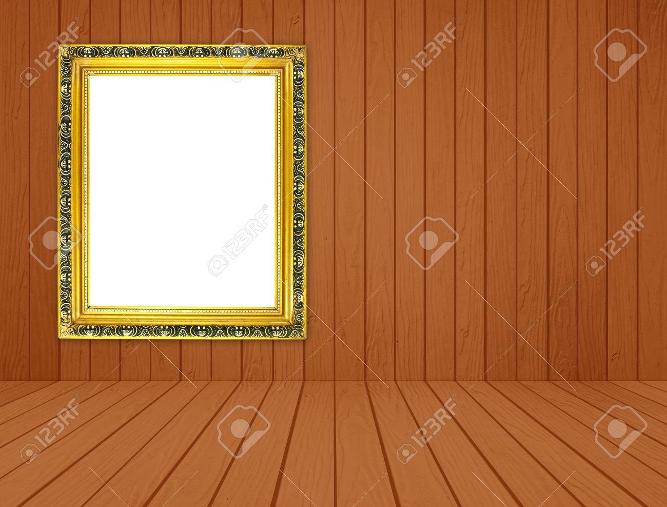 Cadre doré vide dans la chambre avec mur en bois blanc et plancher ...