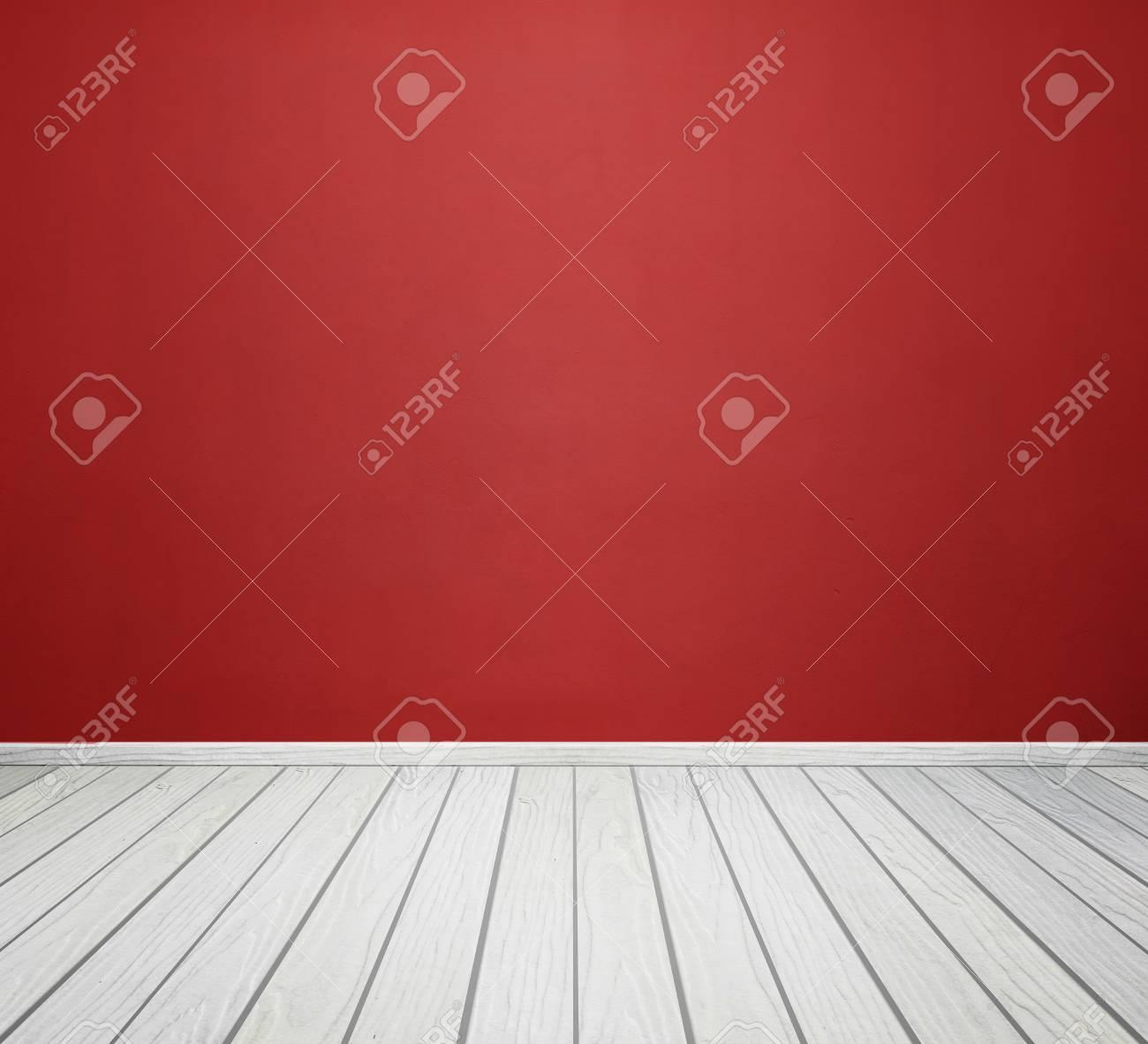 Intérieur de la chambre vide avec mur de béton rouge et blanc plancher de  bois