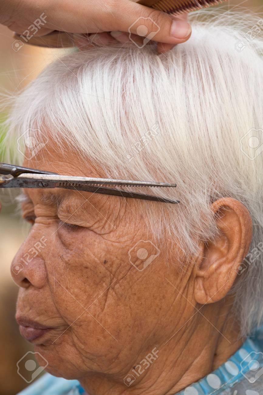 Coiffeur Coupe De Cheveux Gris Femme Agee Banque D Images Et Photos