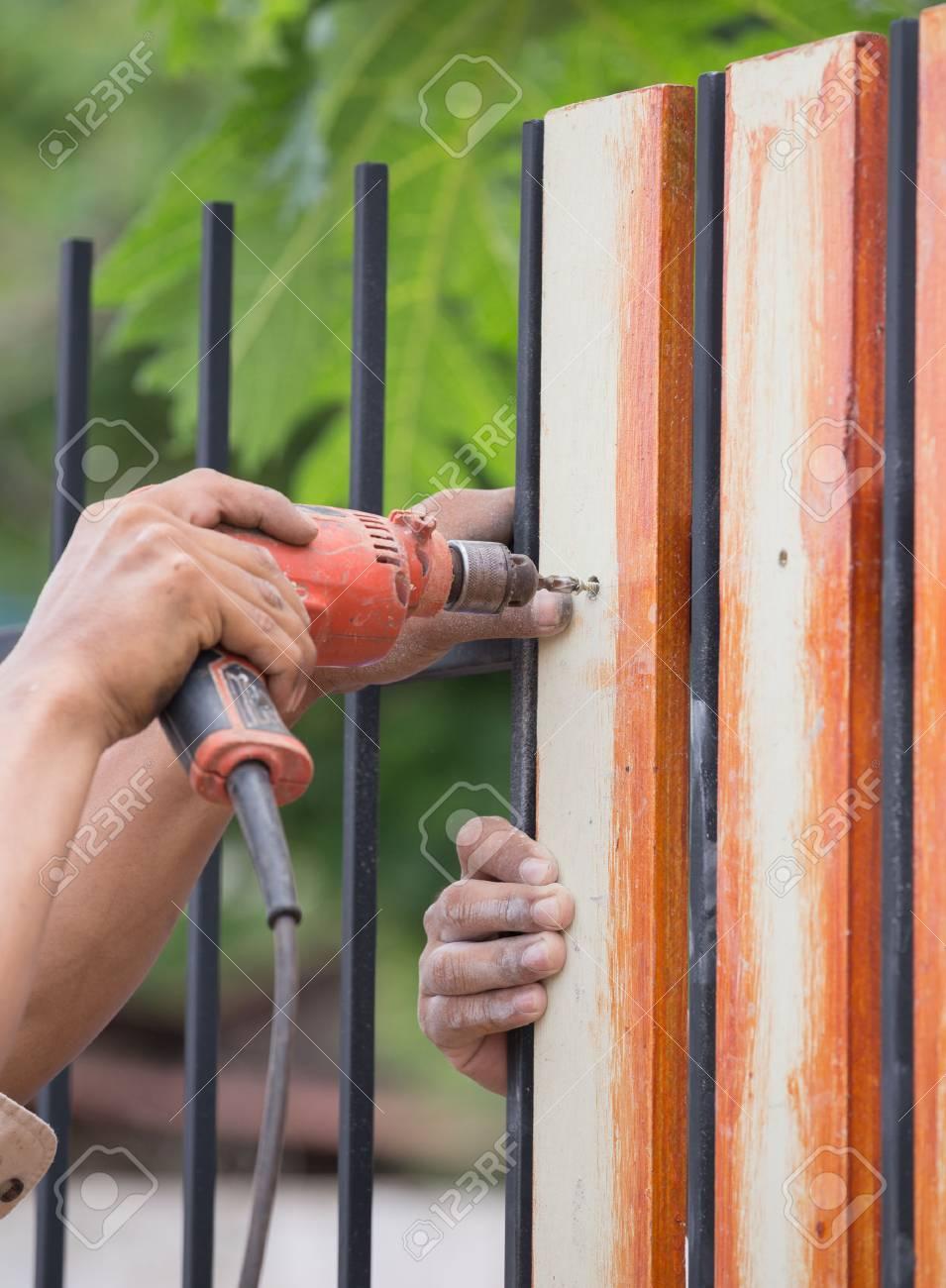 Schreiner Hande Mit Elektrischen Bohrmaschine Auf Zaun Holz