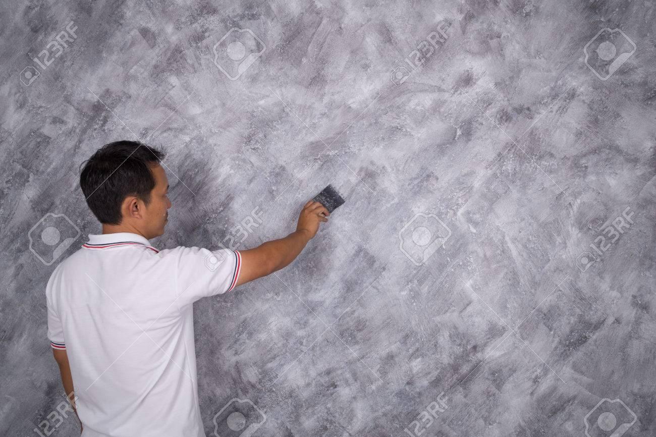 L Utilisation Des Travailleurs Pinceau Pour Peindre La Couleur Style Loft En Béton Sur Le Mur De La Maison