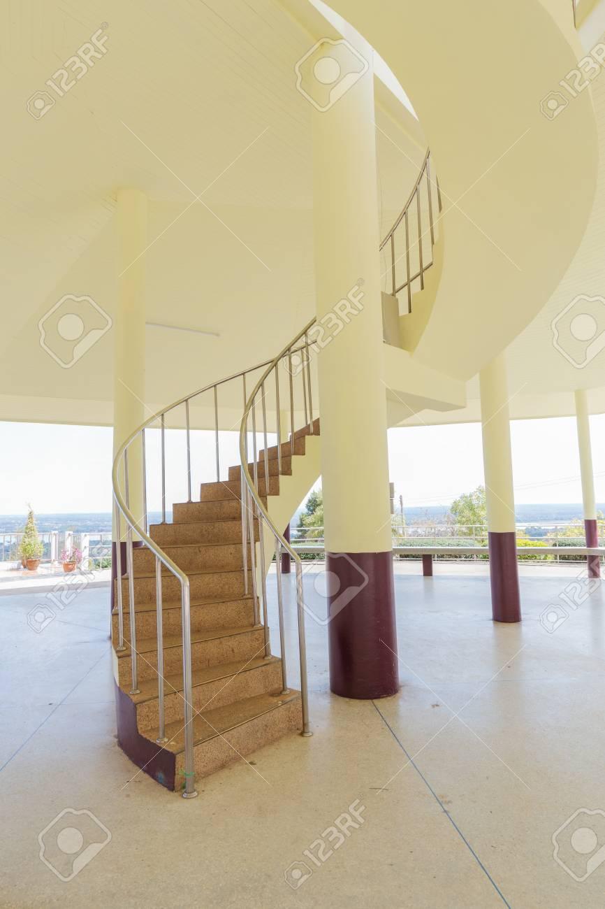 Bel Escalier En Colimaçon Avec Mur Jaune Banque D\'Images Et Photos ...