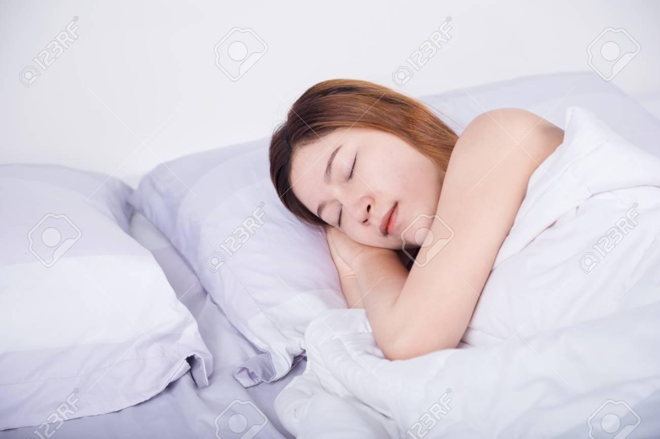 Frau Schläft Im Bett Im Schlafzimmer Lizenzfreie Fotos Bilder Und