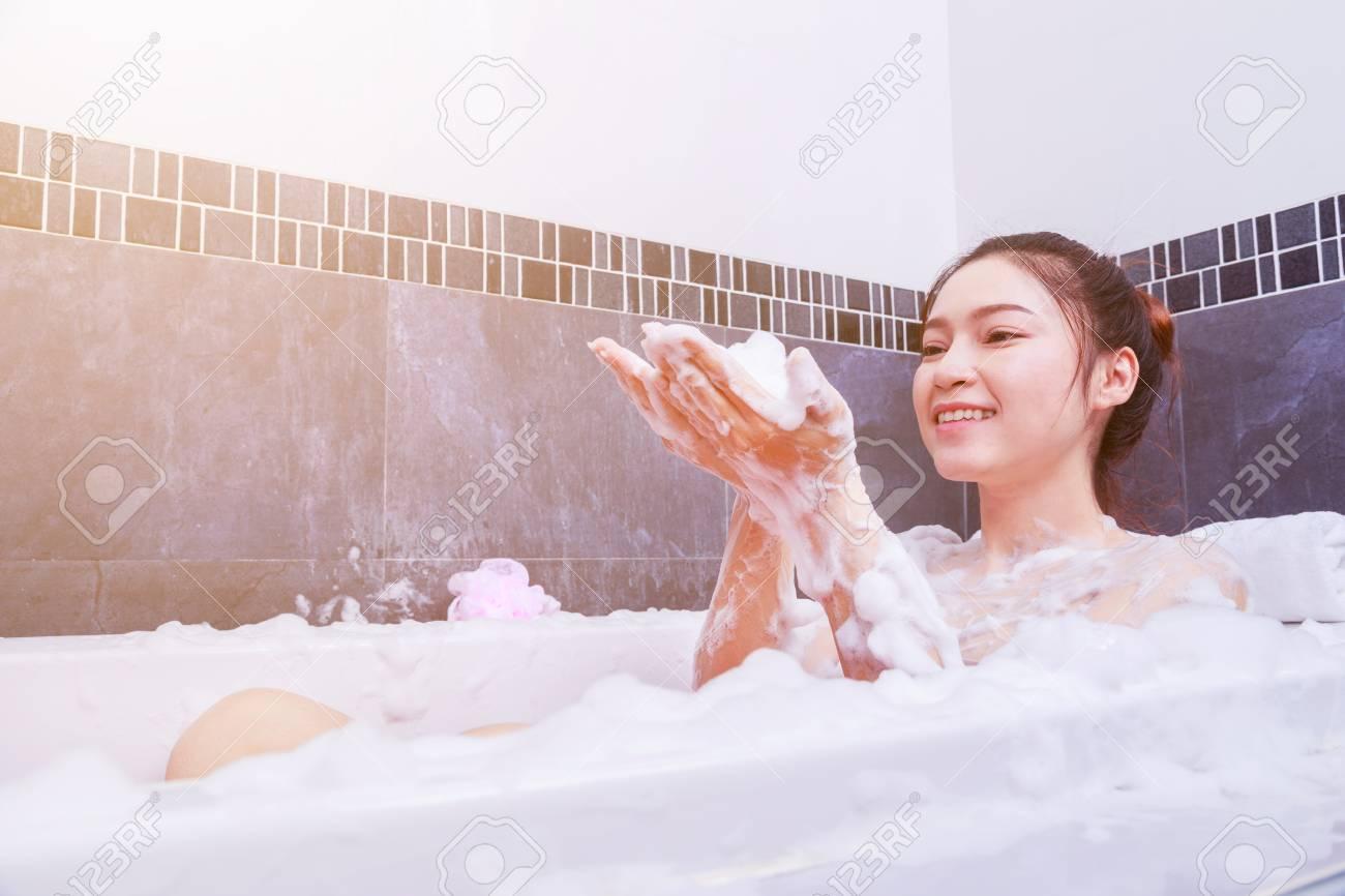 Pretty Woman Vasca Da Bagno.Pretty Woman Relaxing In The Bathtub In The Bathroom