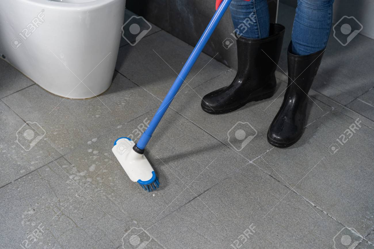 hand using brush to cleaning the tile in the bathroom - 104916962