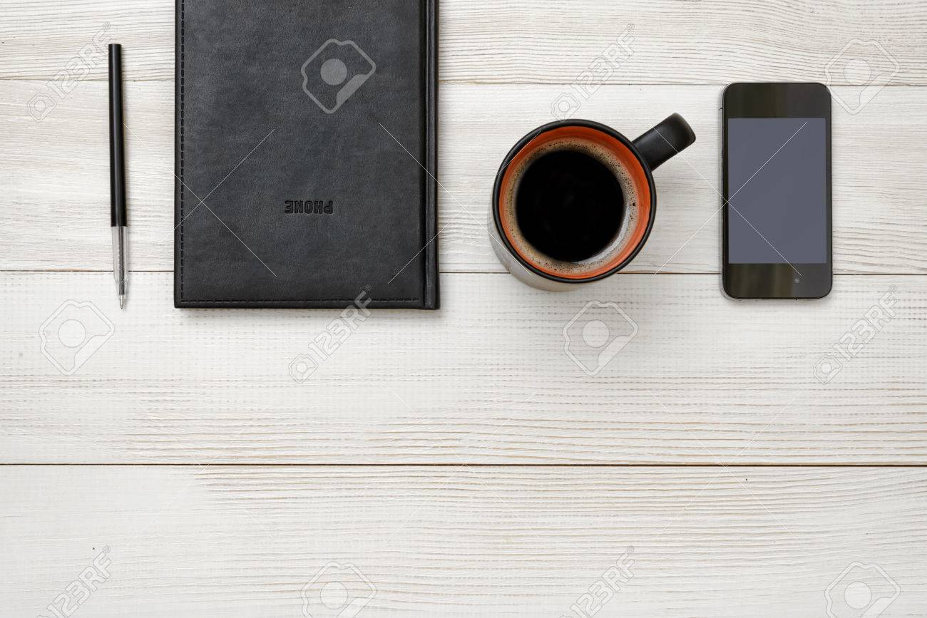 Ufficio Del Lavoro In Nero : Vista superiore del taccuino nero e penna con una tazza di caffè