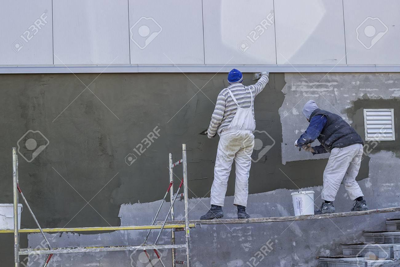 workers verputzen eine außenwand mit kelle lizenzfreie fotos, bilder