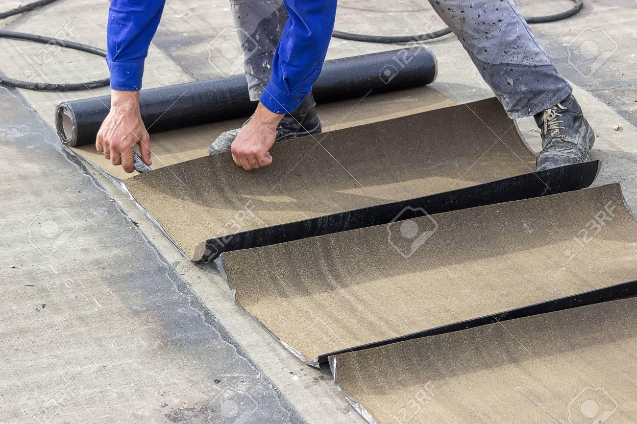 isolierung arbeiter schneiden isolierung bitumenmaterialrollen