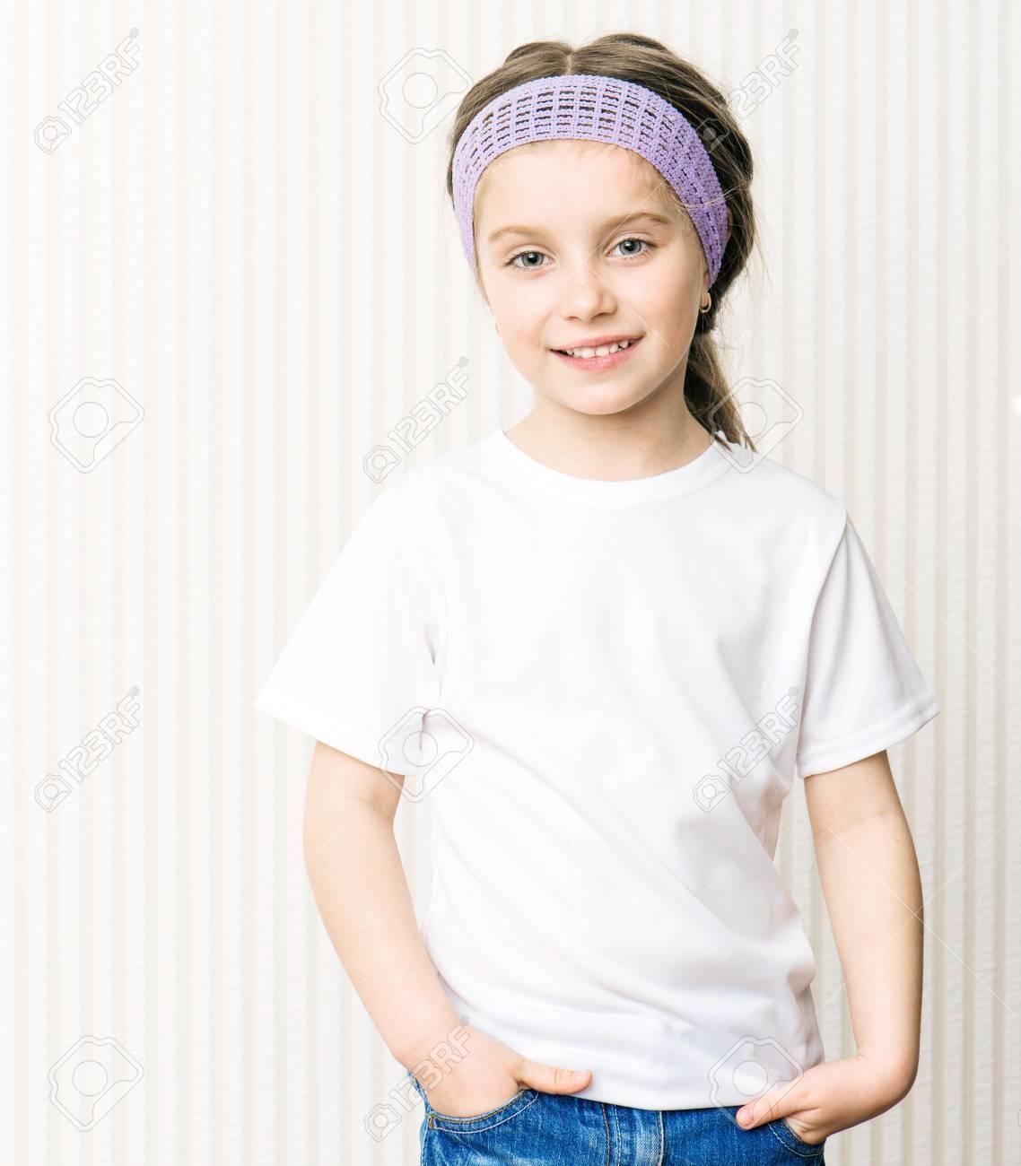 234f35158 Niña En Una Camiseta Blanca Fotos, Retratos, Imágenes Y Fotografía ...