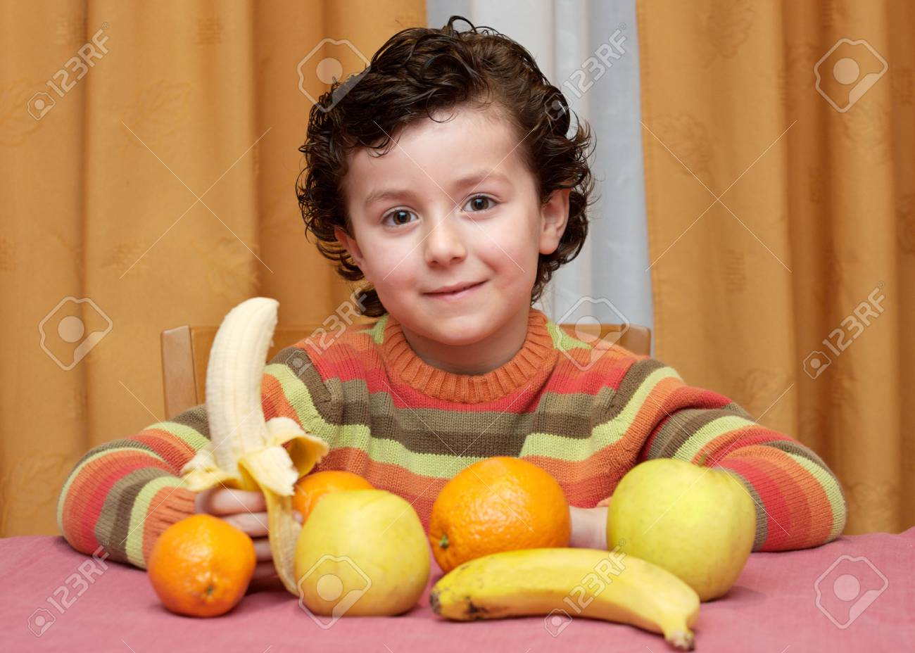 Adorable niño comiendo fruta - centrarse en la cara --  Foto de archivo - 2470134