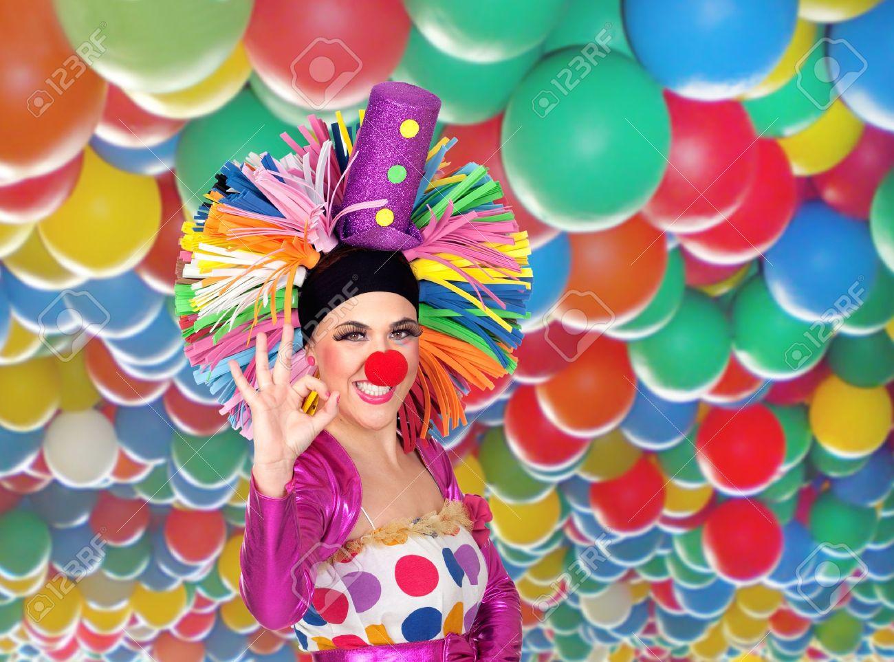 banque dimages clown drle de fille avec une grande perruque color avec des ballons en disant ok beaucoup de fond - Perruque Colore