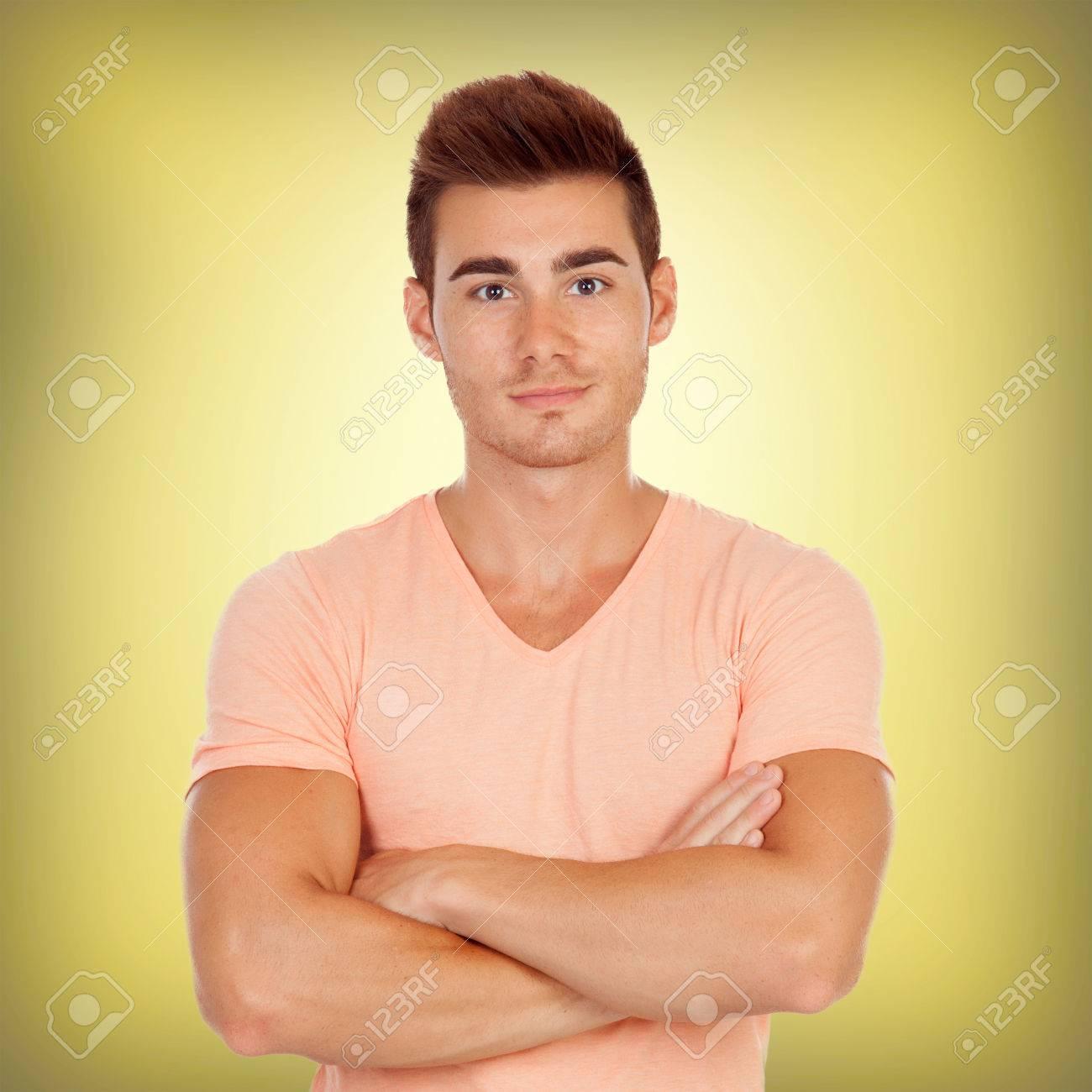 Casual Schöne Männer Auf Einem Gelben Hintergrund Lizenzfreie Fotos