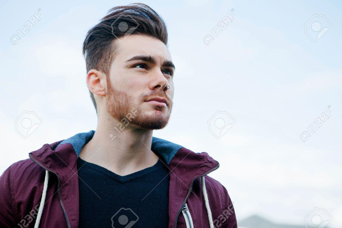 Banque d images - Portrait d un jeune homme décontracté cool avec barbe 96f2f93815c