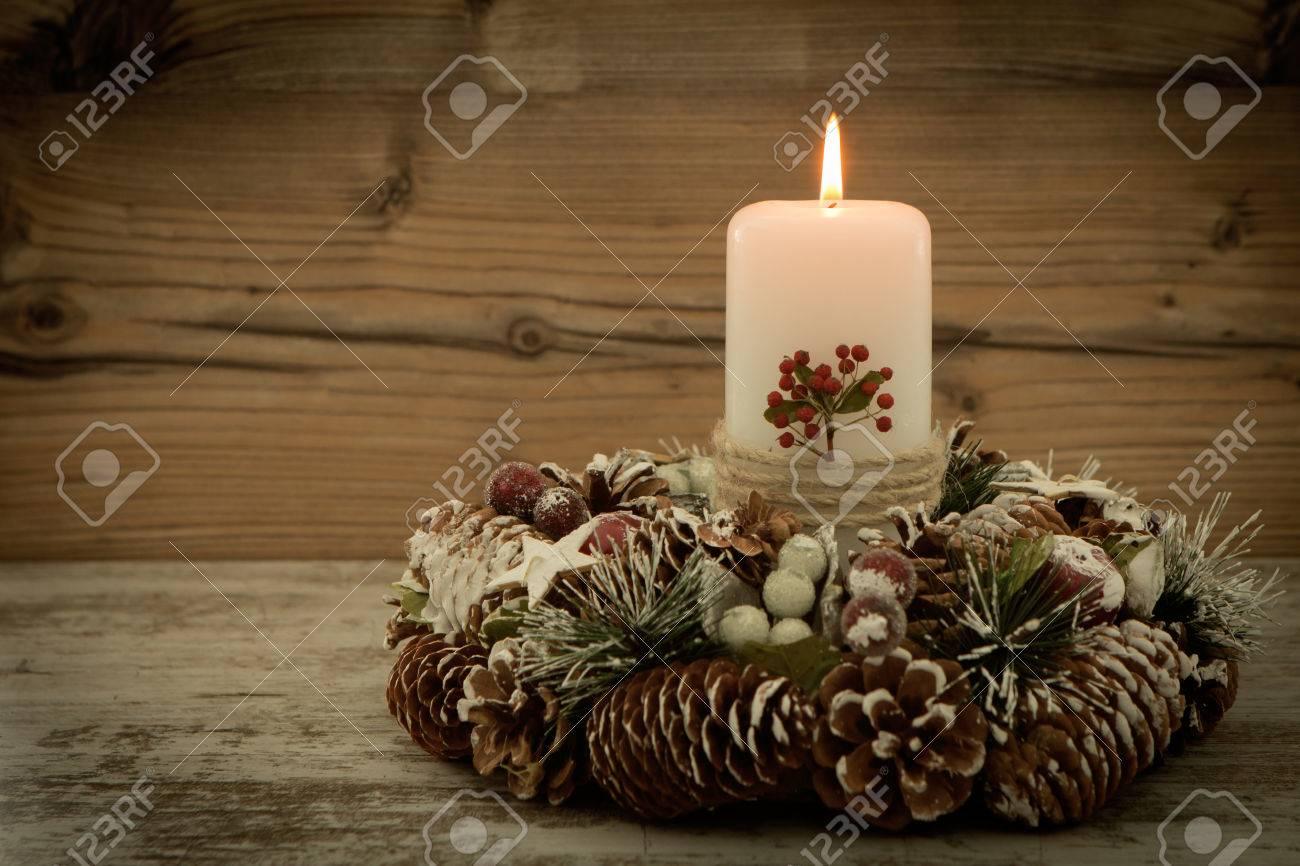 Elegant Elegantes Herzstück Für Den Weihnachtstisch Mit Einer Kerze Auf Einem  Naturkranz Standard Bild   65709982 Design