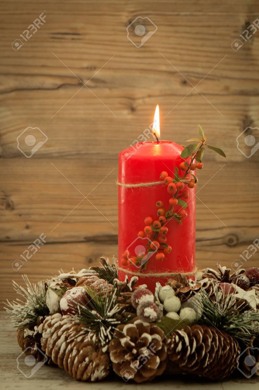 Elegantes Herzstück Für Den Weihnachtstisch Mit Einer Kerze Auf Einem  Naturkranz Standard Bild   65710315