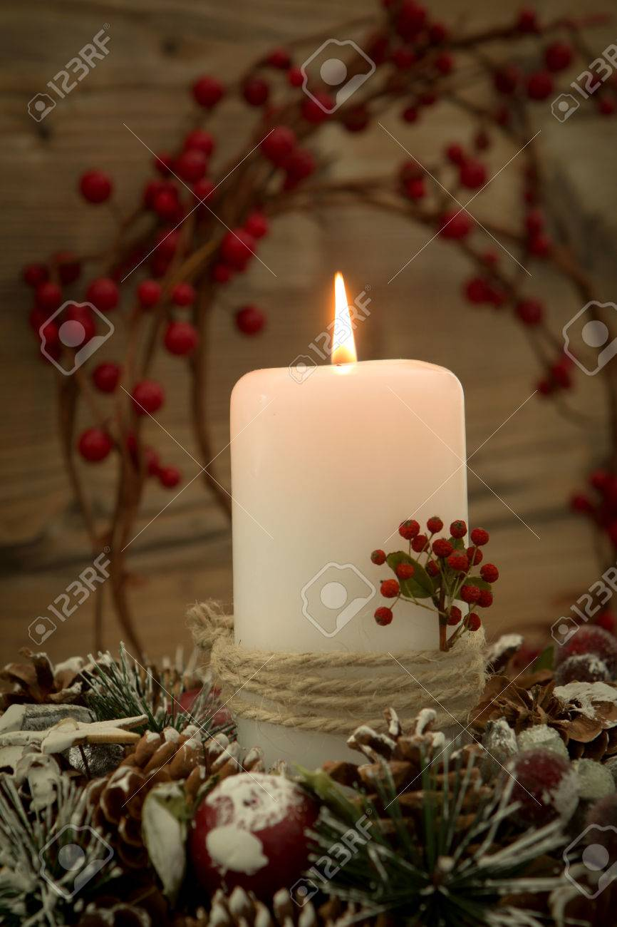 Elegantes Herzstück Für Den Weihnachtstisch Mit Einer Kerze Auf Einem  Naturkranz Standard Bild   65710907