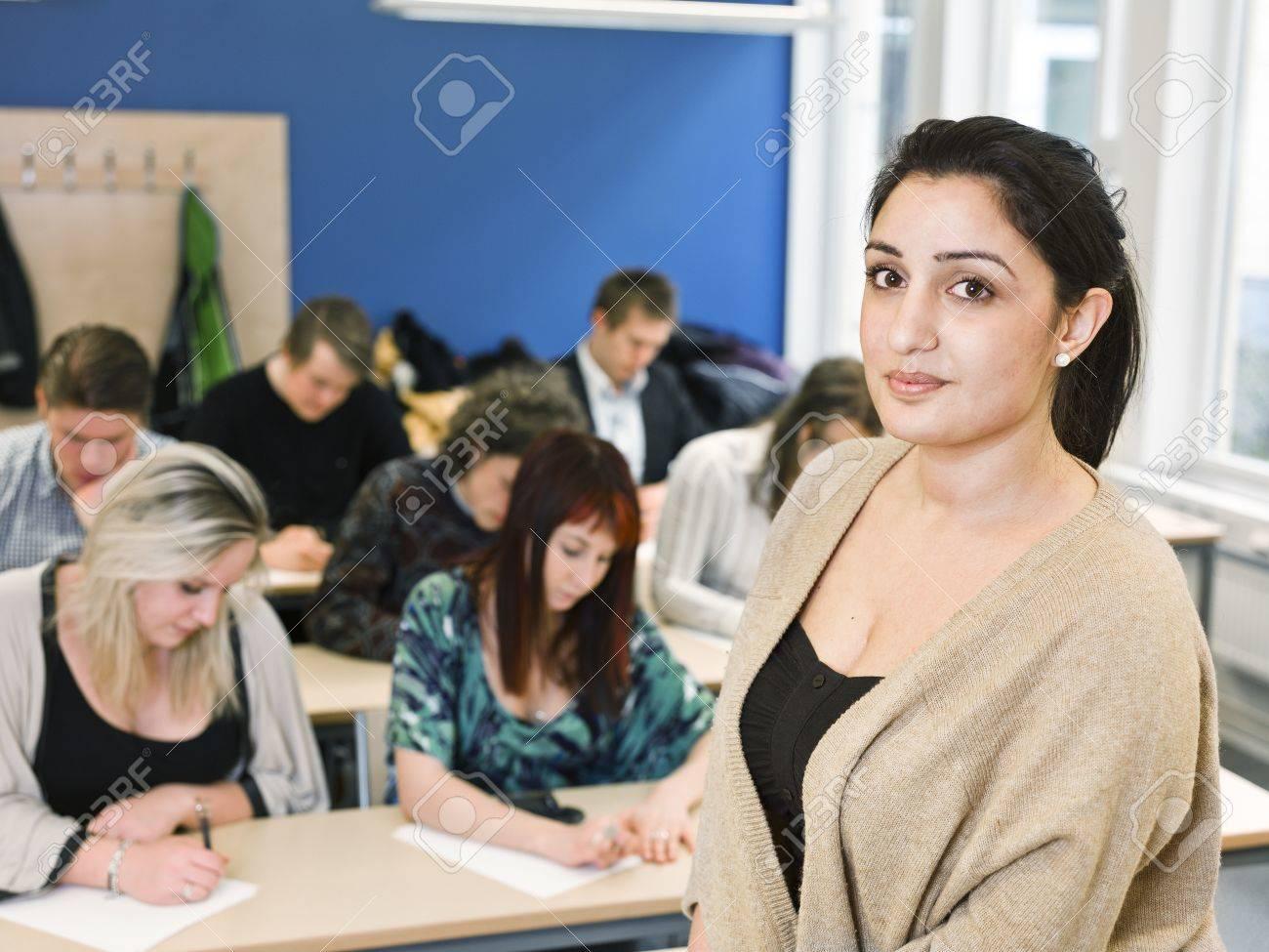 Учительница перед учениками 18 фотография