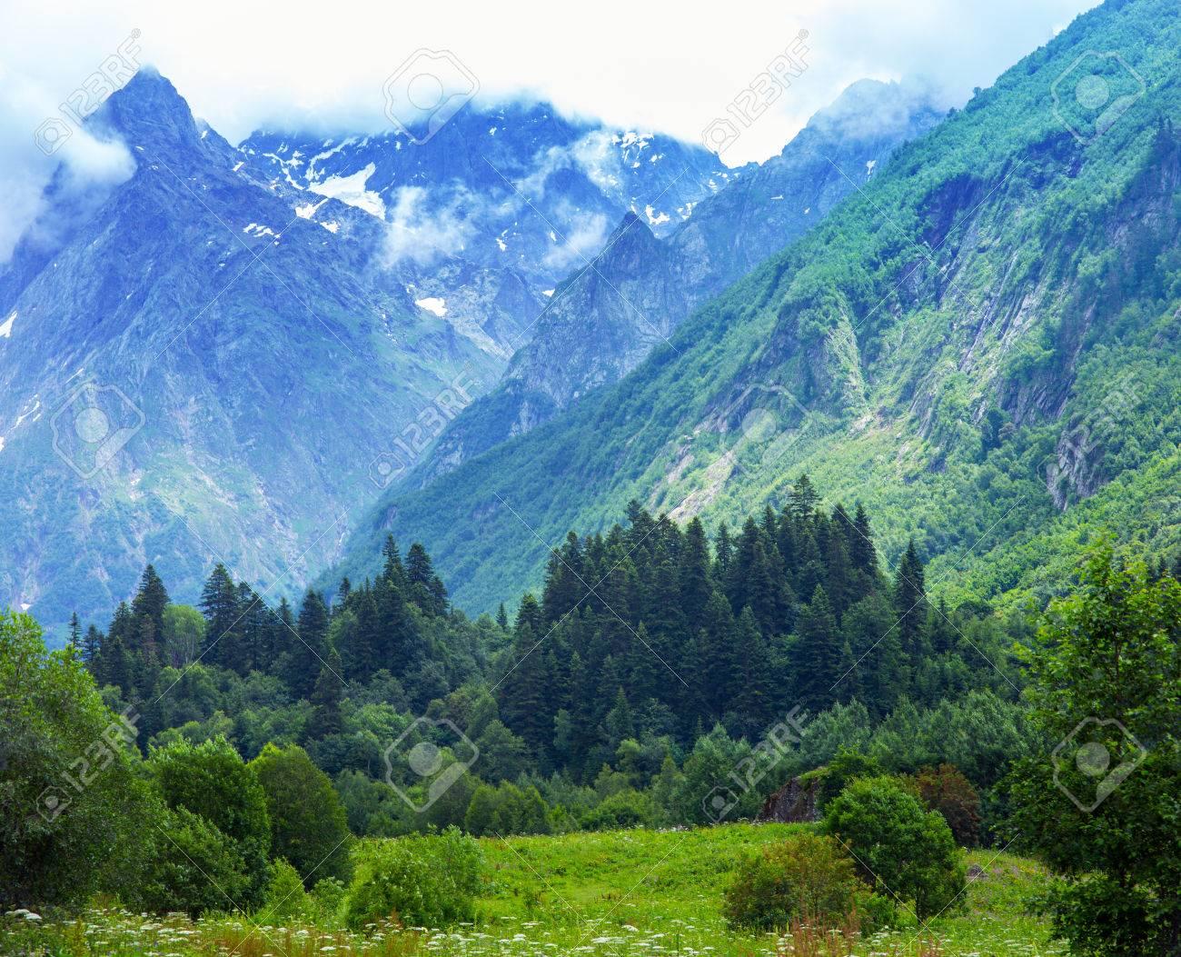山の頂。村 Dombay、カラチャイ ...