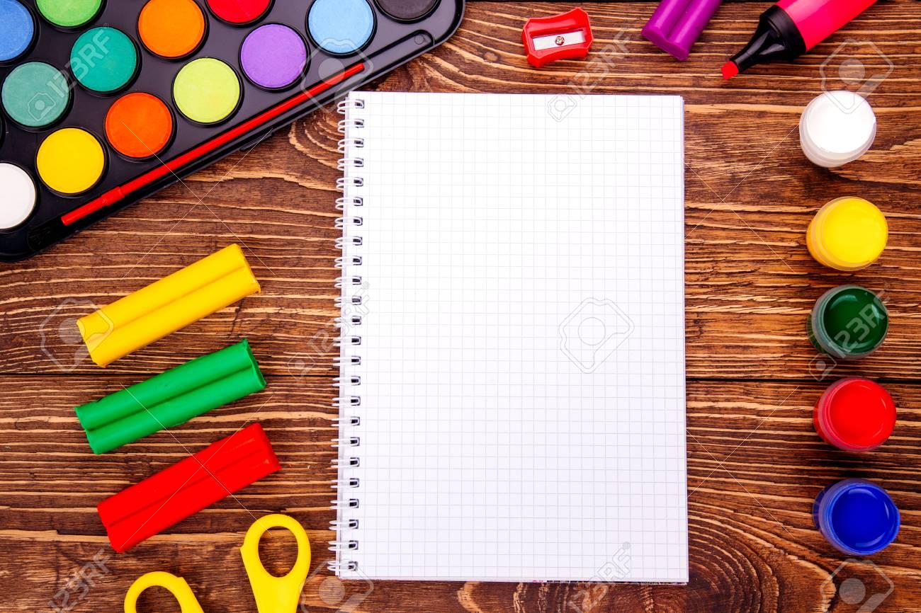 Abrió Cuaderno En Blanco, Marco De Material Escolar Sobre Un Fondo ...