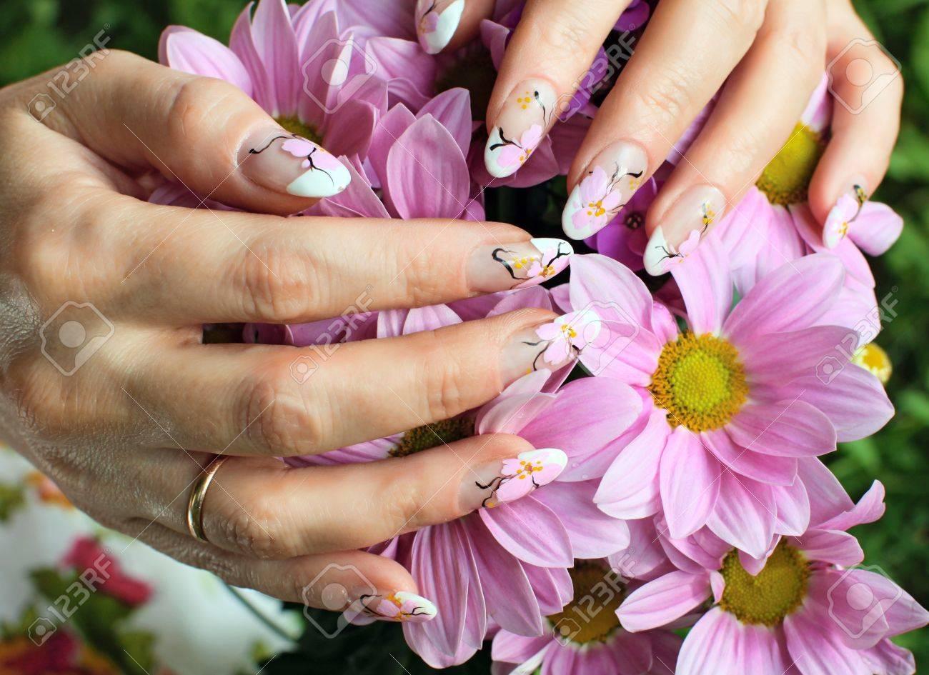 Diseno De Unas Hermosas Manos De Mujer Con Flores De Crisantemos
