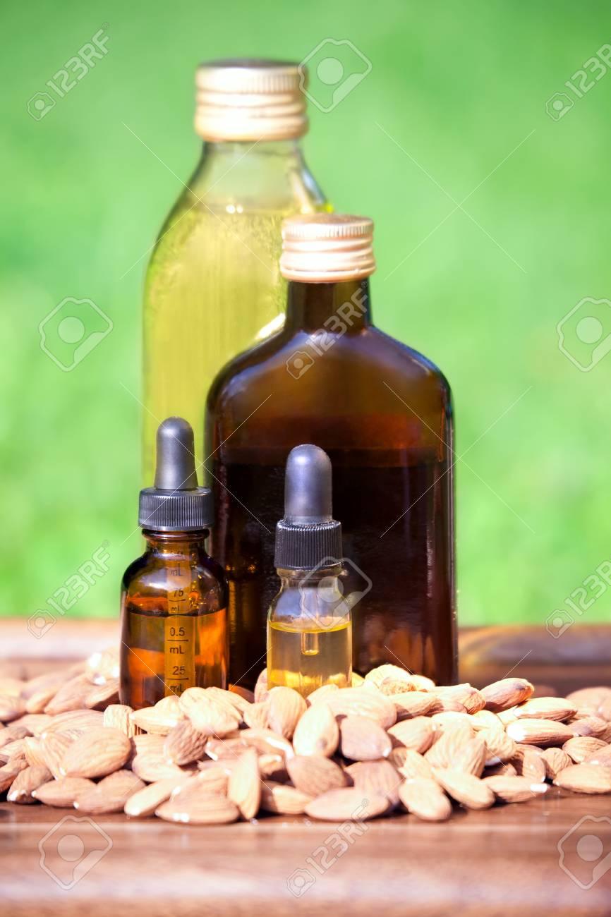 El Aceite De Almendra En Unas Botellas Y Almendras Nueces. El ...
