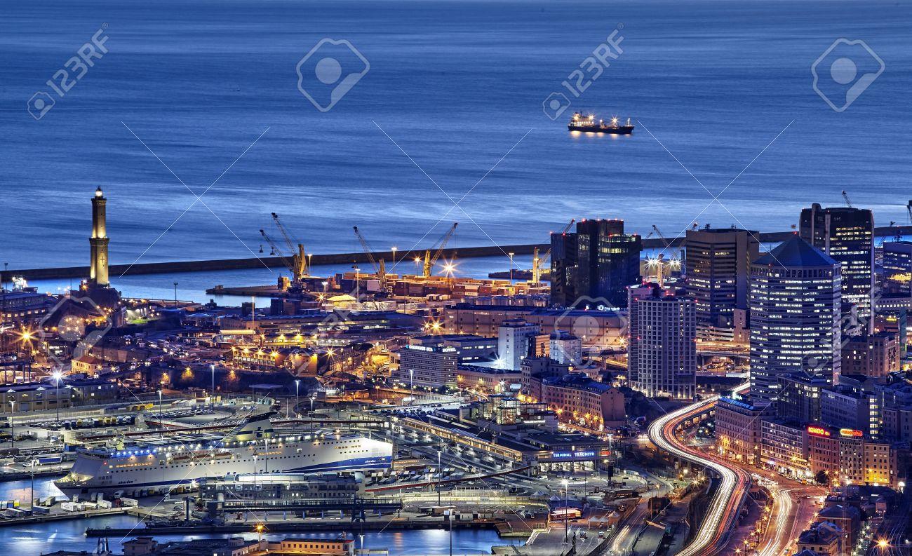 イタリア、ジェノヴァ港と灯台の...