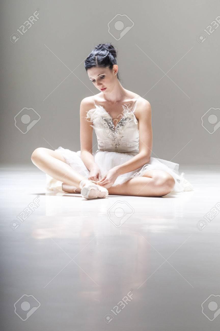 scarpe sportive 48bc2 eeebb Giovane ballerina attraente seduto sul pavimento di lavoro con le ballerine  a punta