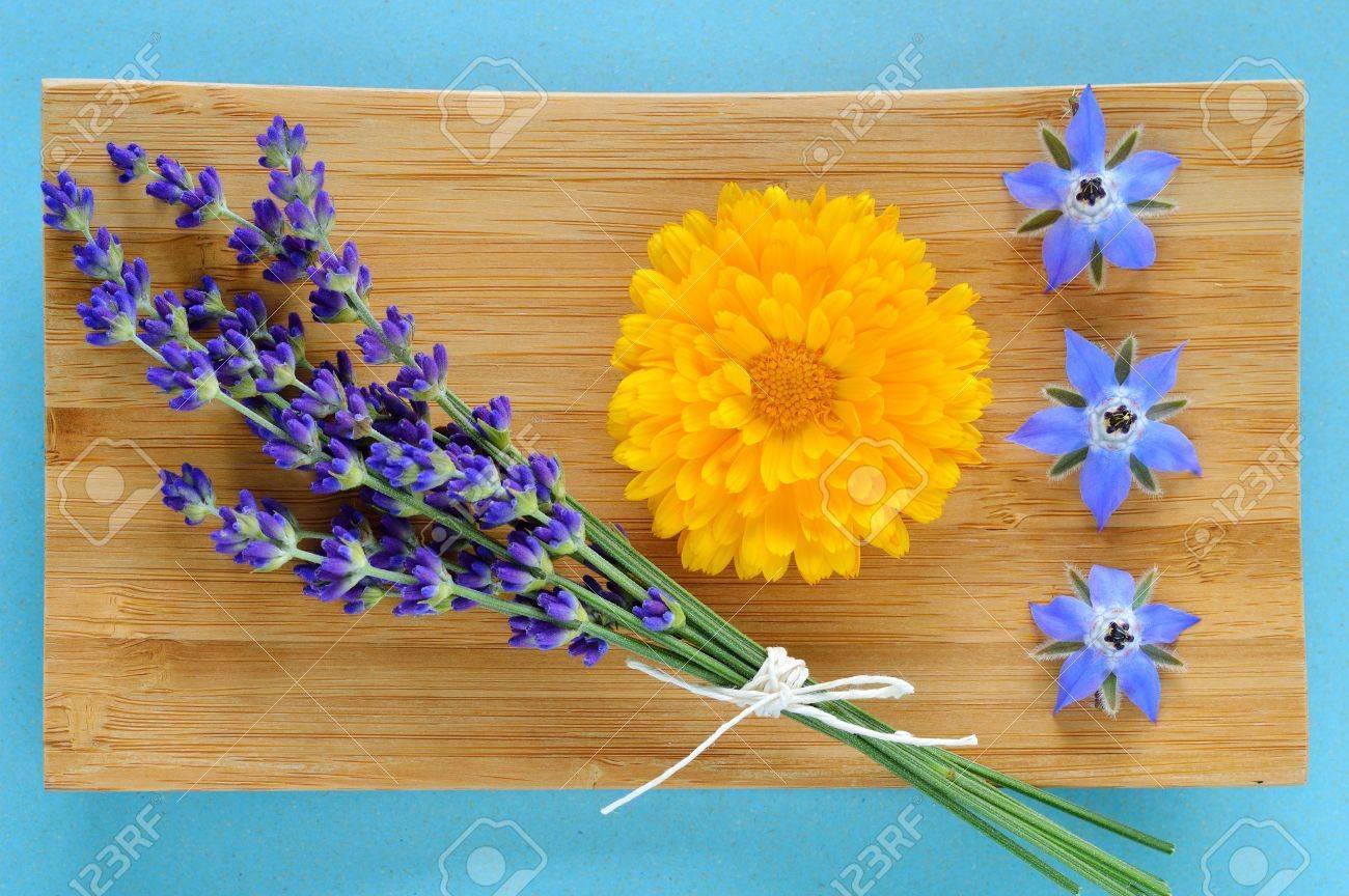 Herbes D Ete Et Des Fleurs Comestibles Sur Plaque De Bois Sur Fond