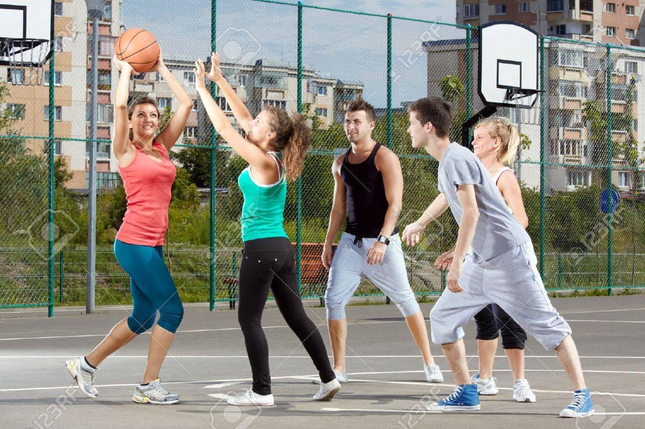 Resultado de imagen para foto de hombres y mujeres jugando partido de basquetbol