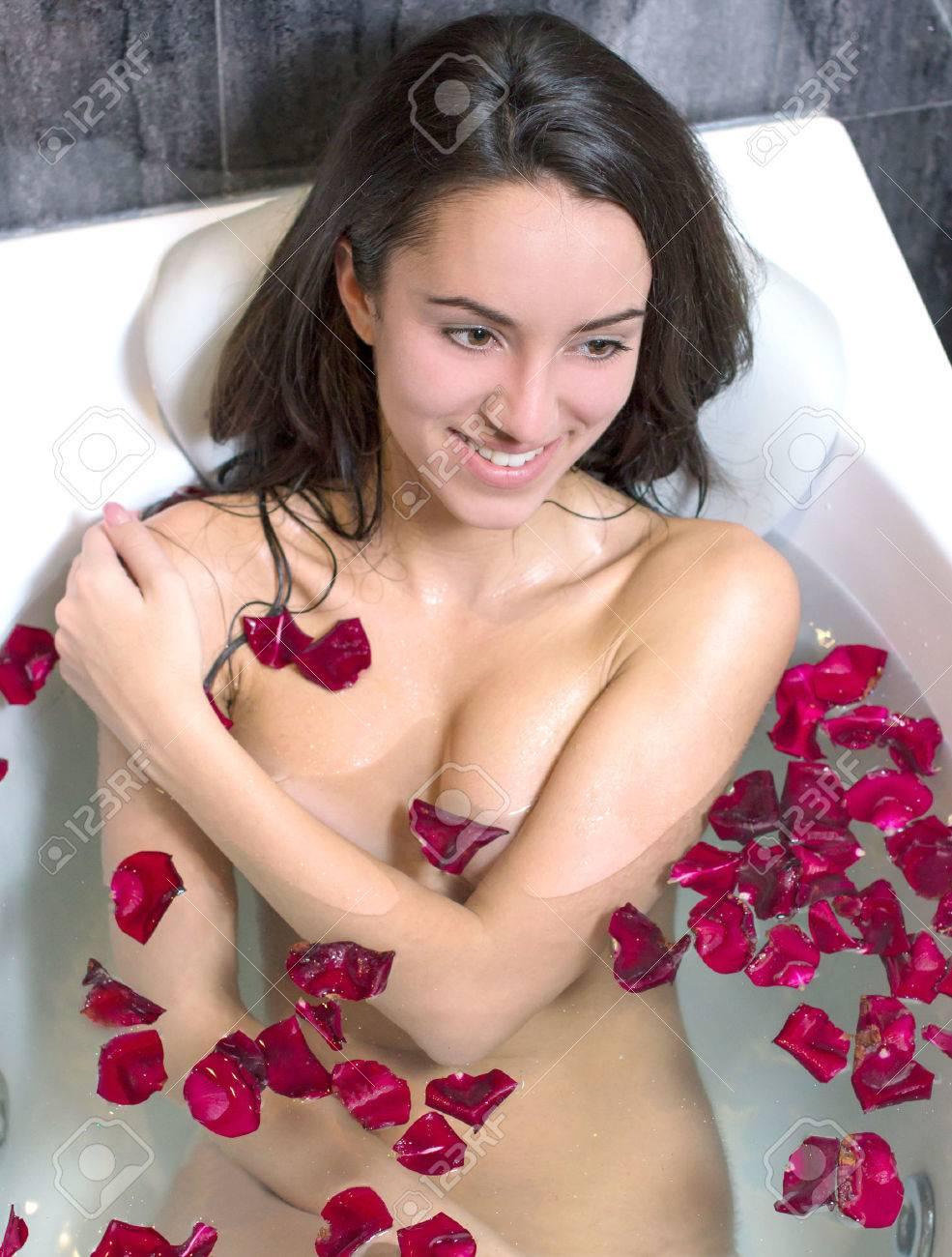 Фото девушек в ванне с лепестками роз 19 фотография